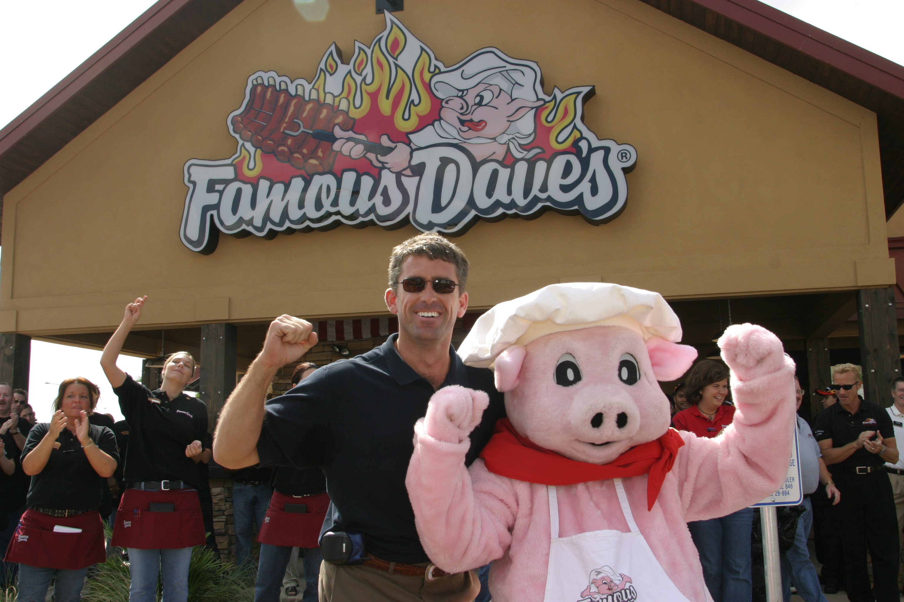 John Erlandson of Famous Dave's and Wilbur the mascot